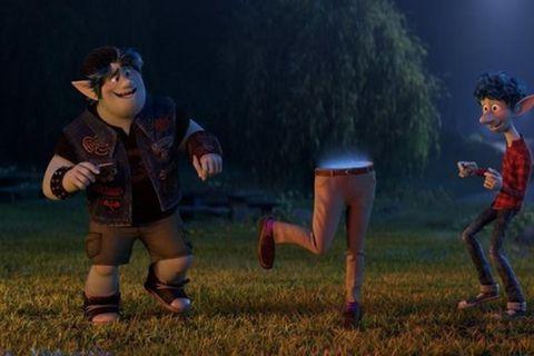 Búklaus álfapabbi stígur dans með táningssonum sínum tveimur í nýjustu teiknimynd Pixar, Áfram.