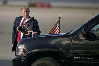 Trump stuttu eftir lendingu í Flórída í gær.
