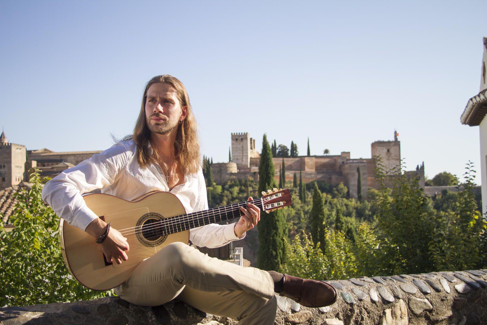 Reynir fluttist til Granada til að kynnast flamenkótónlistinni betur. Á …