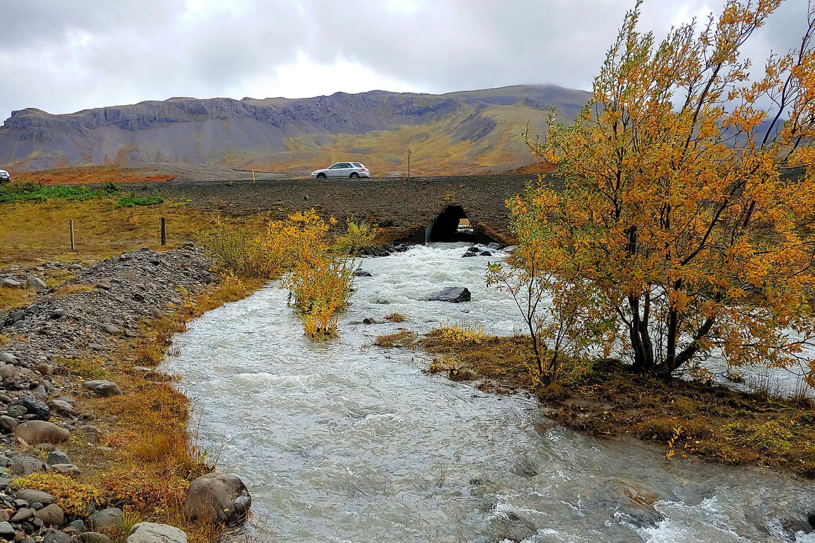 Grjóteyrará við Hafnarfjall var vatnsmikil og úfin í gær.