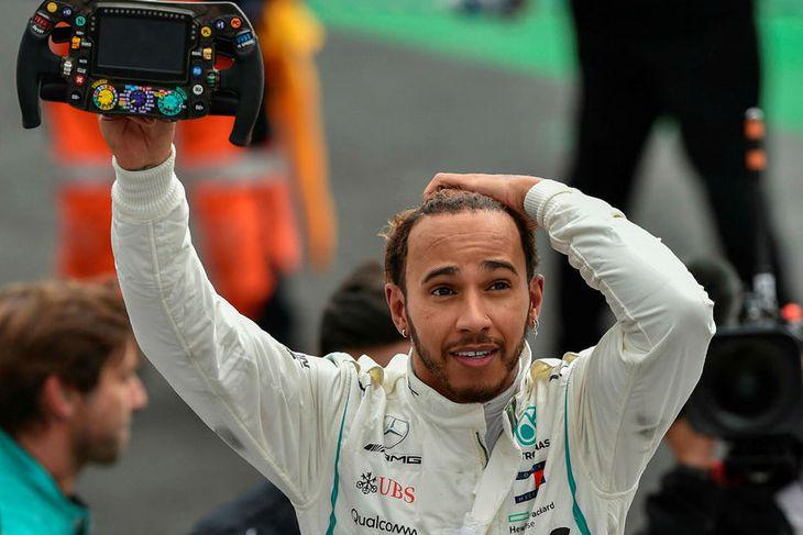 Lewis Hamilton virðist létt í Mexíkó í kvöld við að titilbáráttunni skuli lokið.