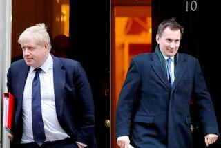 Jeremy Hunt (til hægri), utanríkisráðherra Bretlands, skorar á Boris Johnson, keppinaut sinn í leiðtogakjöri Íhaldsflokksins, ...