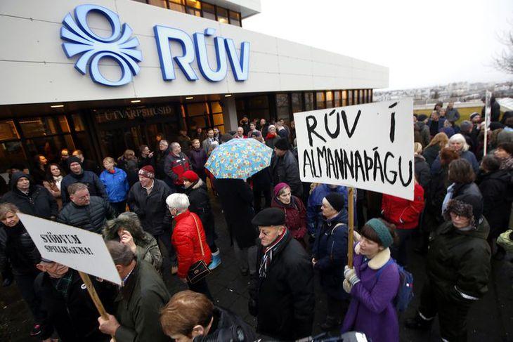 Mótmælt við höfuðstöðvar RÚV í Efstaleiti í dag.