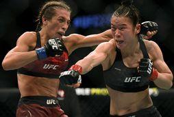 Weili Zhang og Joanna Jedrzejczyk berjast á UFC-bardagakvöldi í síðasta mánuði.