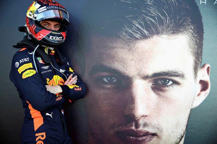 Max Verstappen stillti sér upp fyrir myndatöku rétt fyrir fyrstu æfingu keppnishelgarinnar í Montreal.