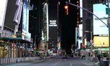 Lögreglubifreið sést hér á Times-torgi í New York. Á auglýsingaskjá fyrir miðri mynd stendur Black …