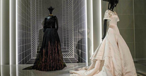 Yfir 300 hátískukjólar frá Dior eru til sýnis á Brooklyn listasafninu.