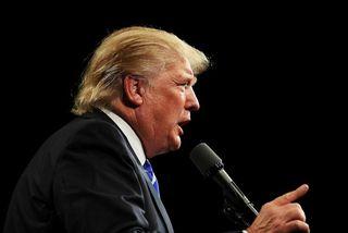 Donald Trump var ósáttur við hljóðnemann í kappræðunum á mánudaginn.