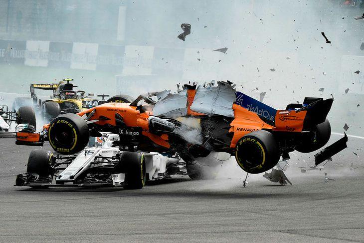 McLarenbíll Fernando Alonso flýgur yfir Sauberbíl Charles Leclerc í hópárekstrinum í fyrstu beygjunni í Spa-Francorchamps.