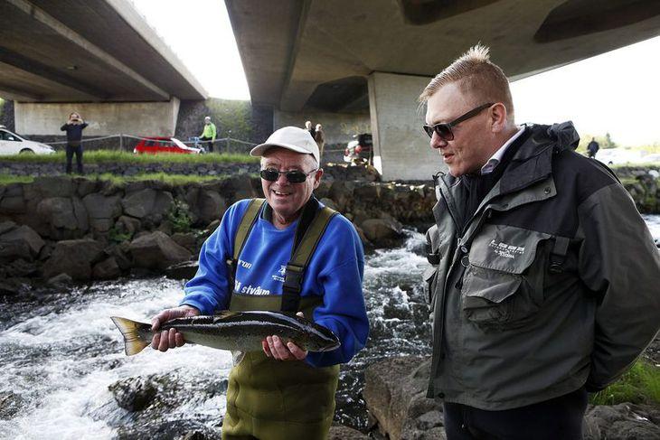 .Ólafur Ólafsson, Reykvíkingur ársins 2013, veiðir fyrsta laxinn.