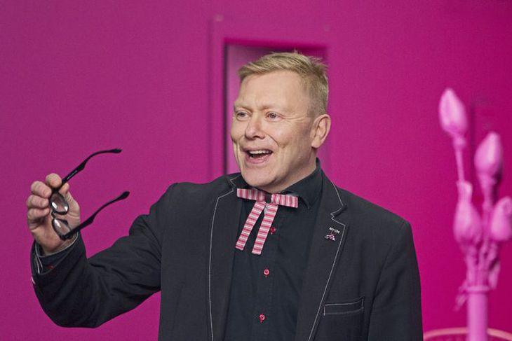 Jón Gnarr setur upp sparibrosið í tilefni af bleiku slaufunni.