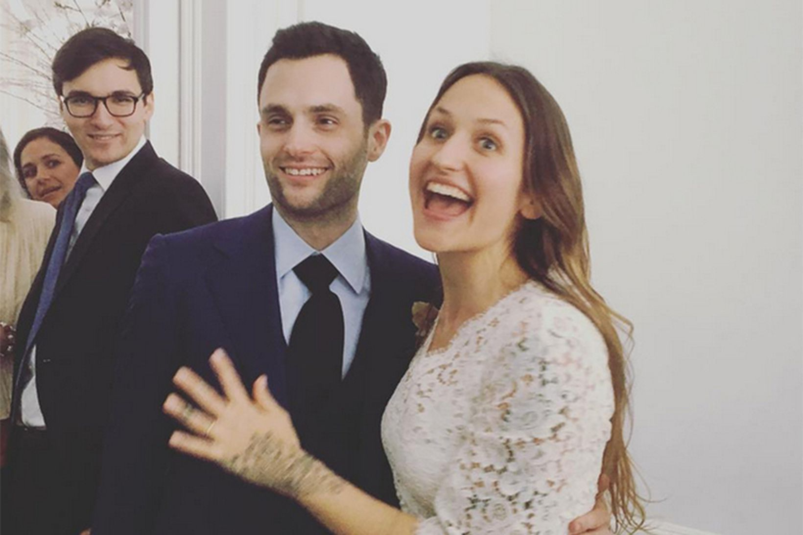Penn Badgley og Domino Kirke.