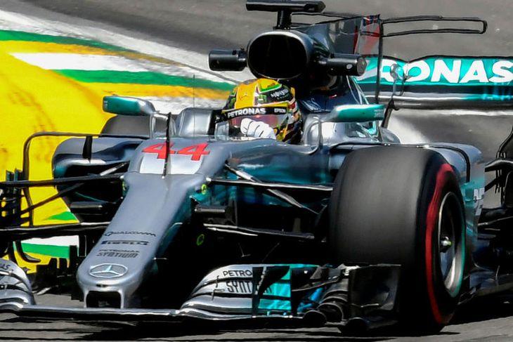 Lewis Hamilton á ferð á seinni æfingu dagsins í Sao Paulo.