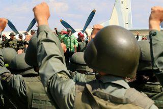 Nicolas Maduro, forseti Venesúela, flytur hér ávarp á svæði flughersins í Maracay.