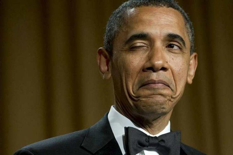 Barack Obama dregur augað í pung í kjölfar brandara um fæðingastað sinn í árlegum kvöldverði …