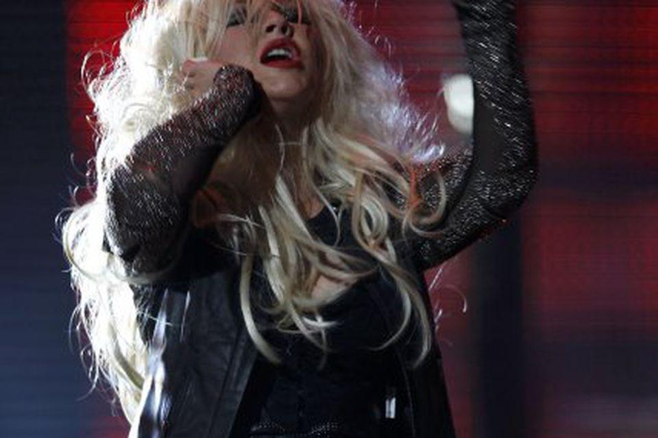 Christina Aguilera kom fram í korselettu og netasokkabuxum.