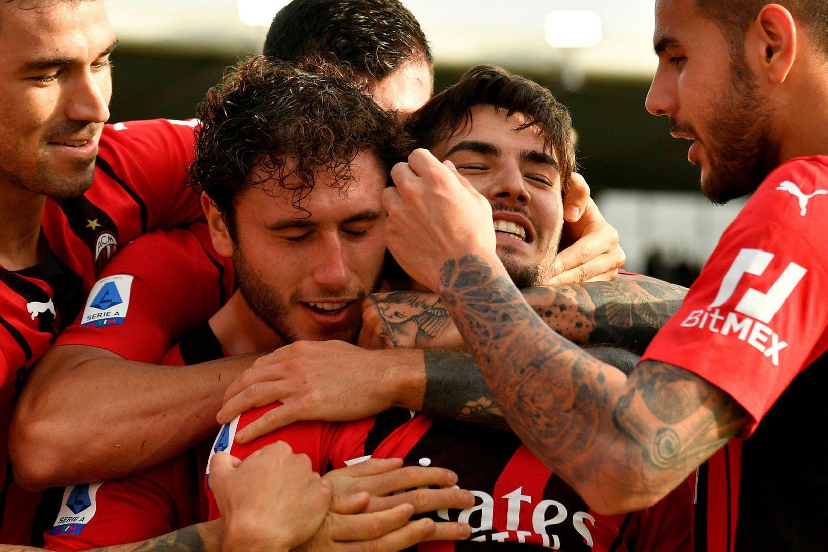 Leikmenn AC Milan fagna í kvöld.