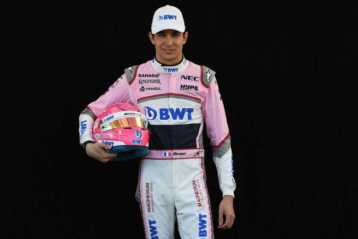 Esteban Ocon hjá Force India með hjálm sinn í Melbourne.