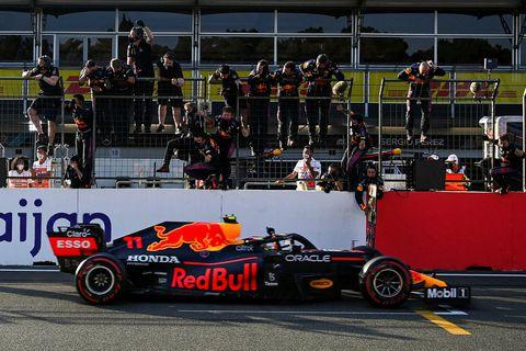 Liðsmenn Red Bull fagna Sergio Perez á endamarkinu í Bakú.