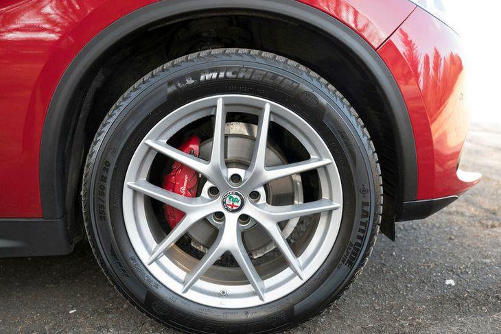Rautt keramik merkt Alfa Romeo skín í gegnum felguteinana. Því fagna allir smekkvísir menn og ...