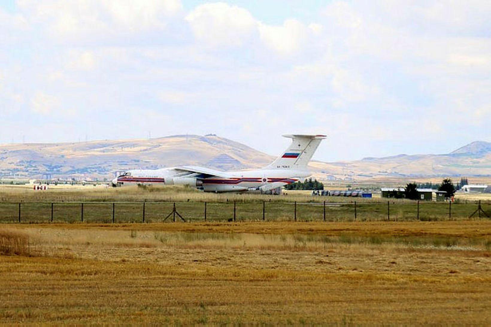 Rússnesk herflugvél á Murted-herflugvellinum í Ankara. Tyrkir fengu fyrsta hluta …