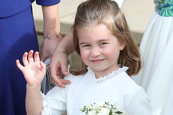 Karlotta prinsessa kann sig og er dugleg að veifa til ...