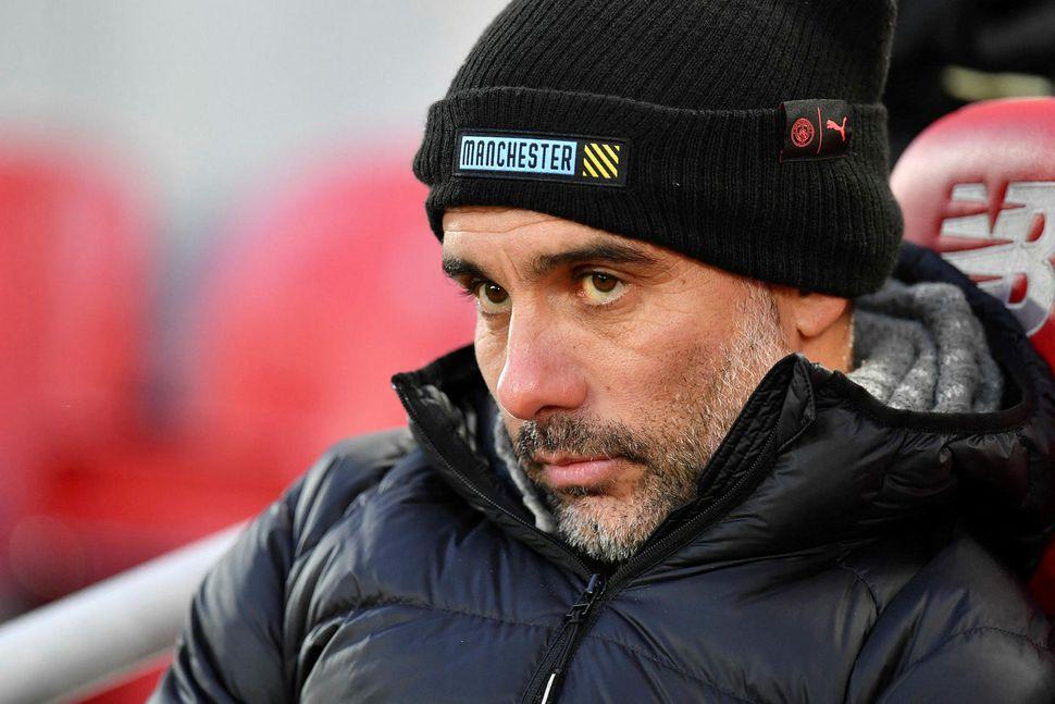 Pep Guardiola daufur í dálkinn á varamannabekk City á Anfield ...