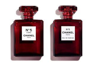 Hið eilífa Chanel N°5 Eau de Parfum kemur nú í sérstakri rauðri ilmvatnsflösku ásamt Chanel ...