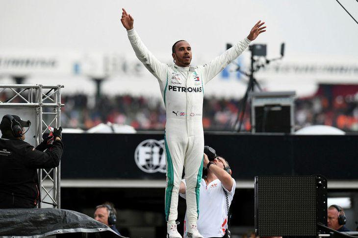 Lewis Hamilton stígur upp úr bíl sínum í Hockenheim.