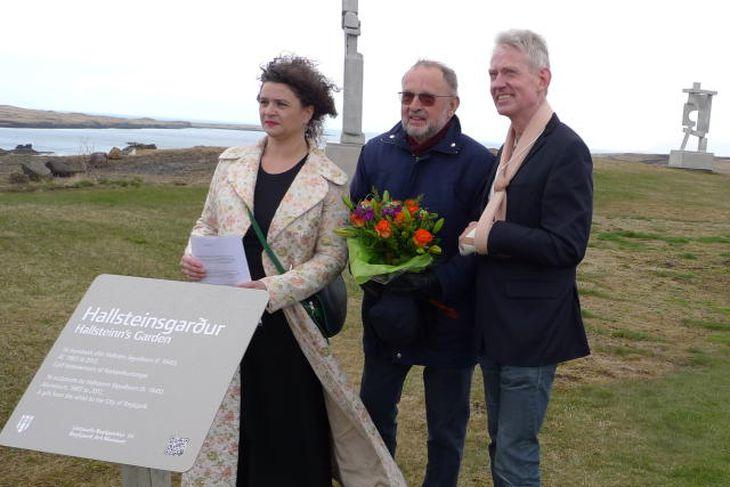 Elsa Yeomen, forseti borgarstjórnar, tekur við gjöfinni frá Hallsteini Sigurðssyni, myndlistarmanns.