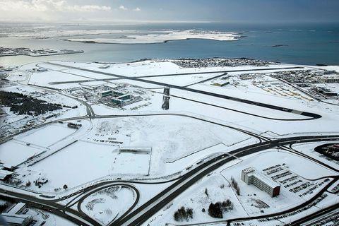 Flugvélin lenti í Reykjavík síðdegis í gær og er fjölskyldan komin til síns heima.
