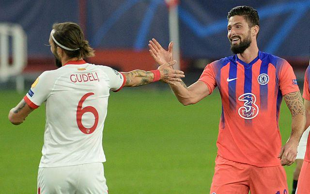 Olivier Giroud þakkar Nemanja Gudelj fyrir leikinn í kvöld.