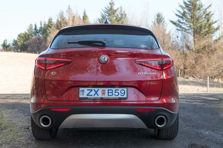 Voldugar krómhulsur á púströrunum gefa annars einföldum afturendanum ómetanlegan svip. Vel gert, Alfa Romeo – ...