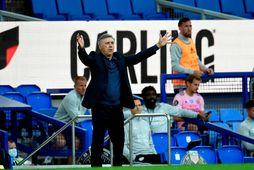 Carlo Ancelotti kallar á sína menn í leik Everton og Leicester í dag.