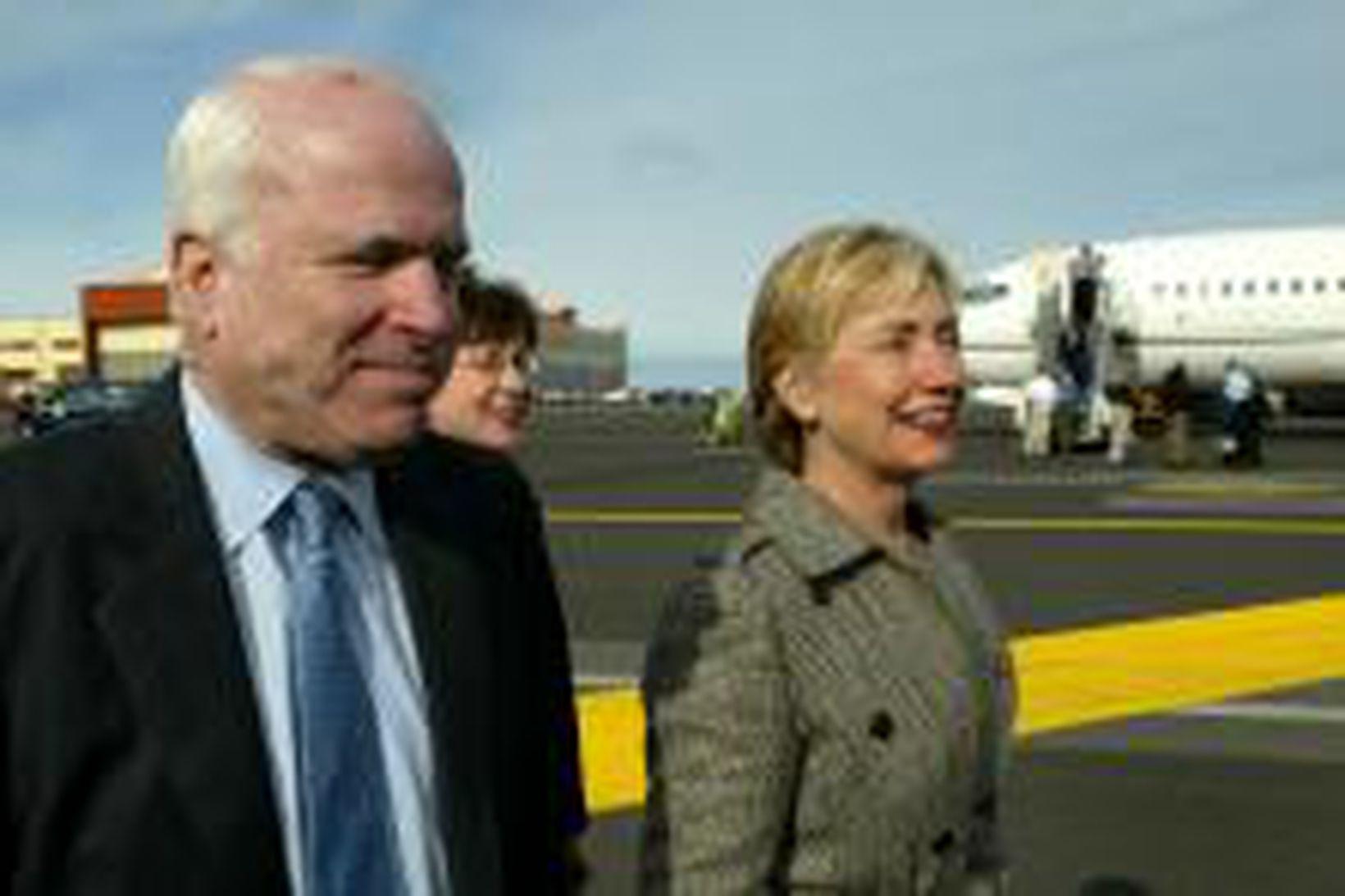 John McCain og Hillary Clinton við komuna til Íslands í …