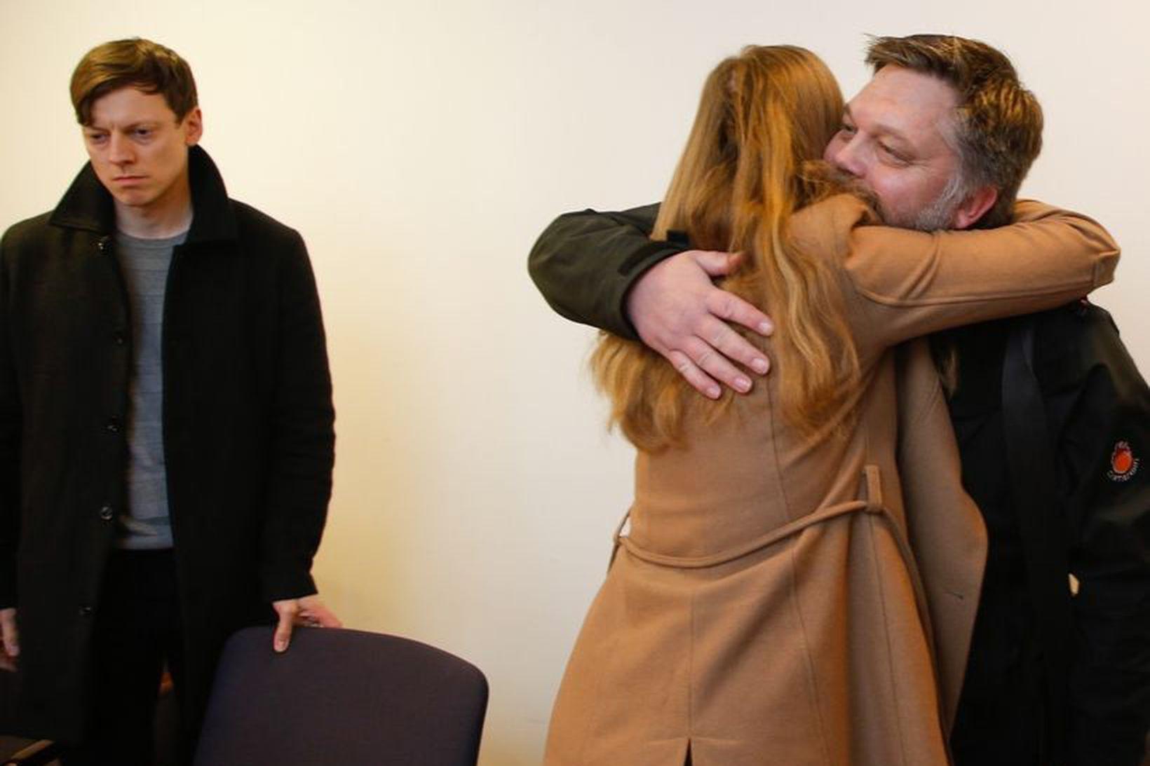 Ritstjórar Stundarinnar og Reykjavik Media fögnuðu í dómsal þegar niðurstaðan …