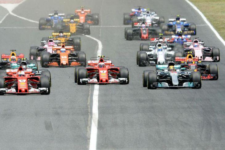 Sebastian Vettel kominn í forystu á fyrstu metrunum í Barcelona.