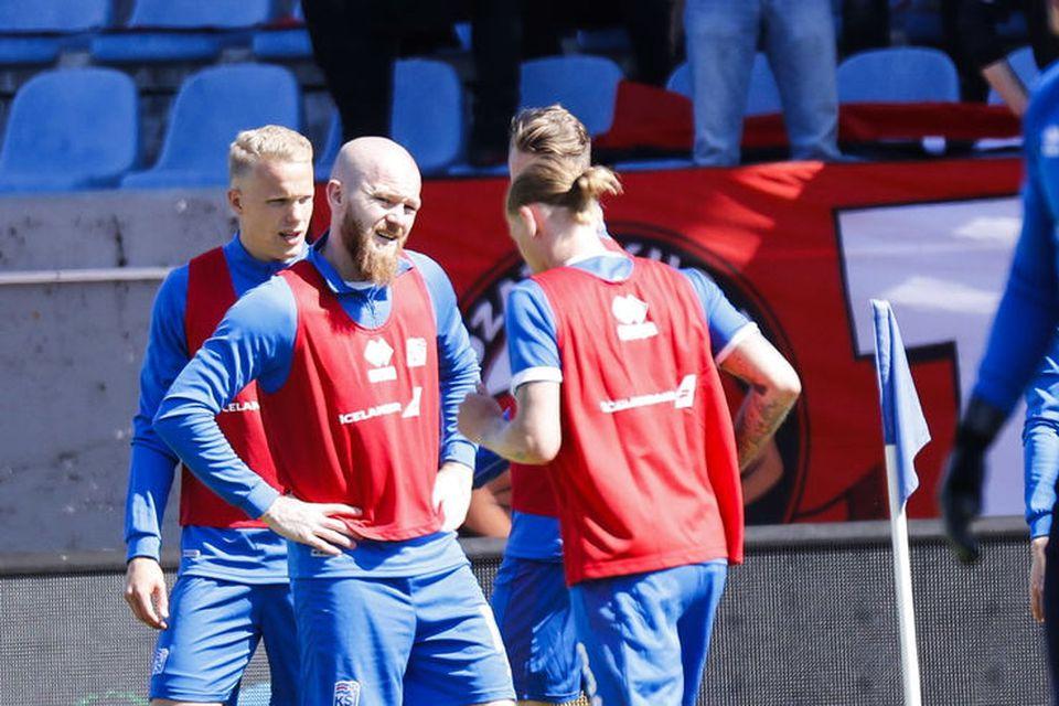 Aron Einar Gunarsson, landsliðsfyrirliði hitar upp.