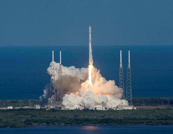 Falcon 9-eldflaugin þýtur af stað frá Canaveral-höfða á Flórída í gær.