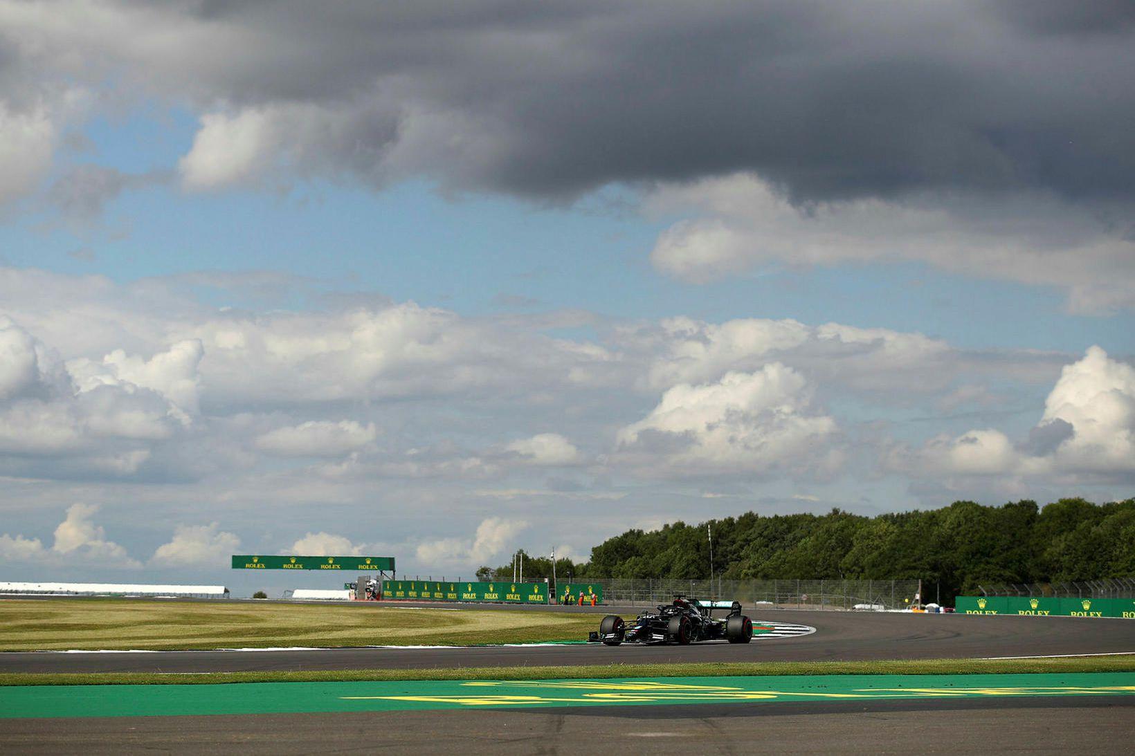 Lewis Hamilton í s-beygjuhlykknum í Silverstone í tímatökunni í dag.
