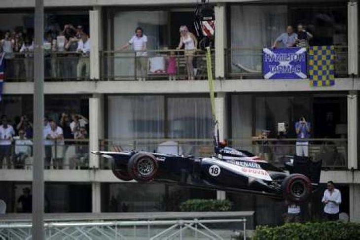 Maldonado féll úr leik á fyrsta hring í Mónakó er hann ók á vegg.