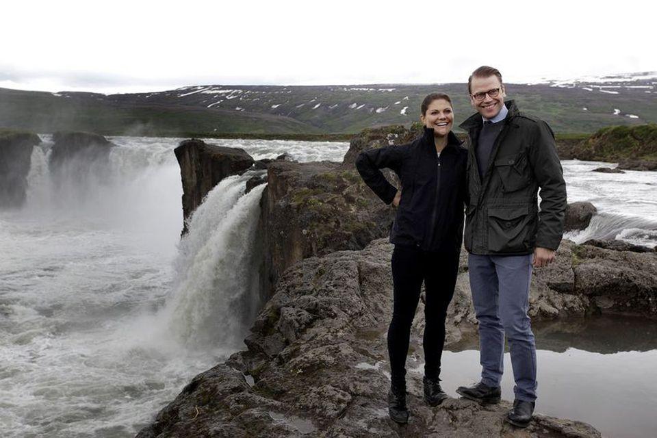 Viktoría krónprinsessa og Daníel, eiginmaður hennar, við Goðafoss. Þau eiga fjögurra ára brúðkaupsafmæli í dag.