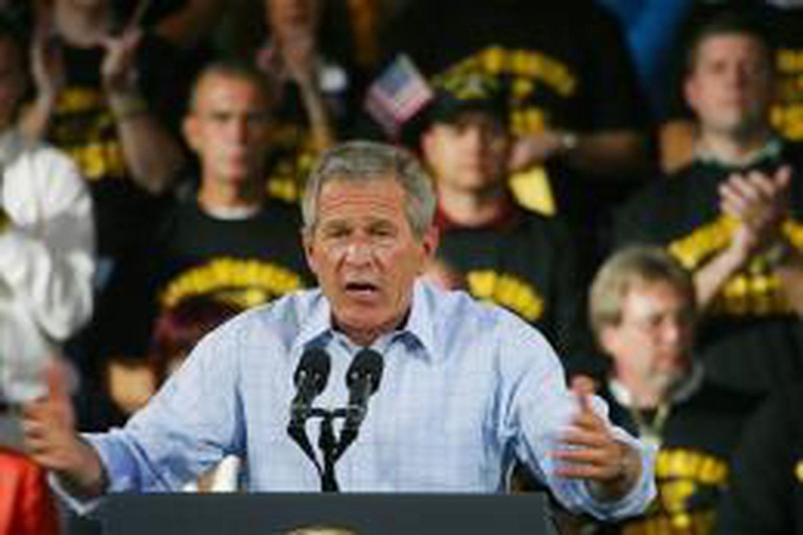 Bush sækir þessa dagana fjölmarga kosningafundi. Hér er hann á …