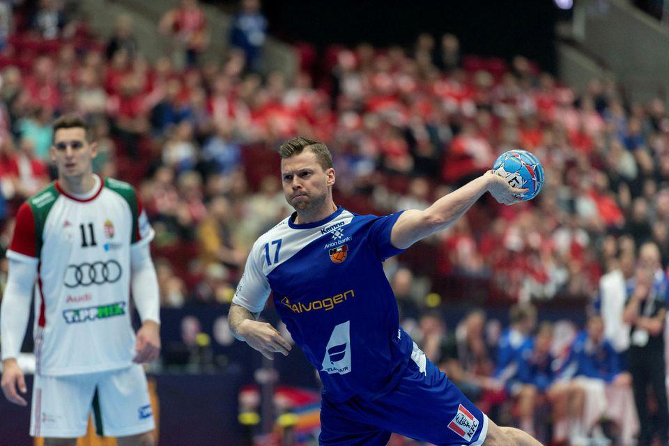 Arnór Þór Gunnarsson stekkur í gegn.