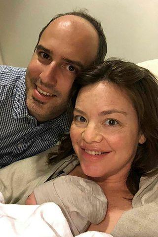 Julie Anne Genter og Peter Nunns með nýfæddan son sinn.
