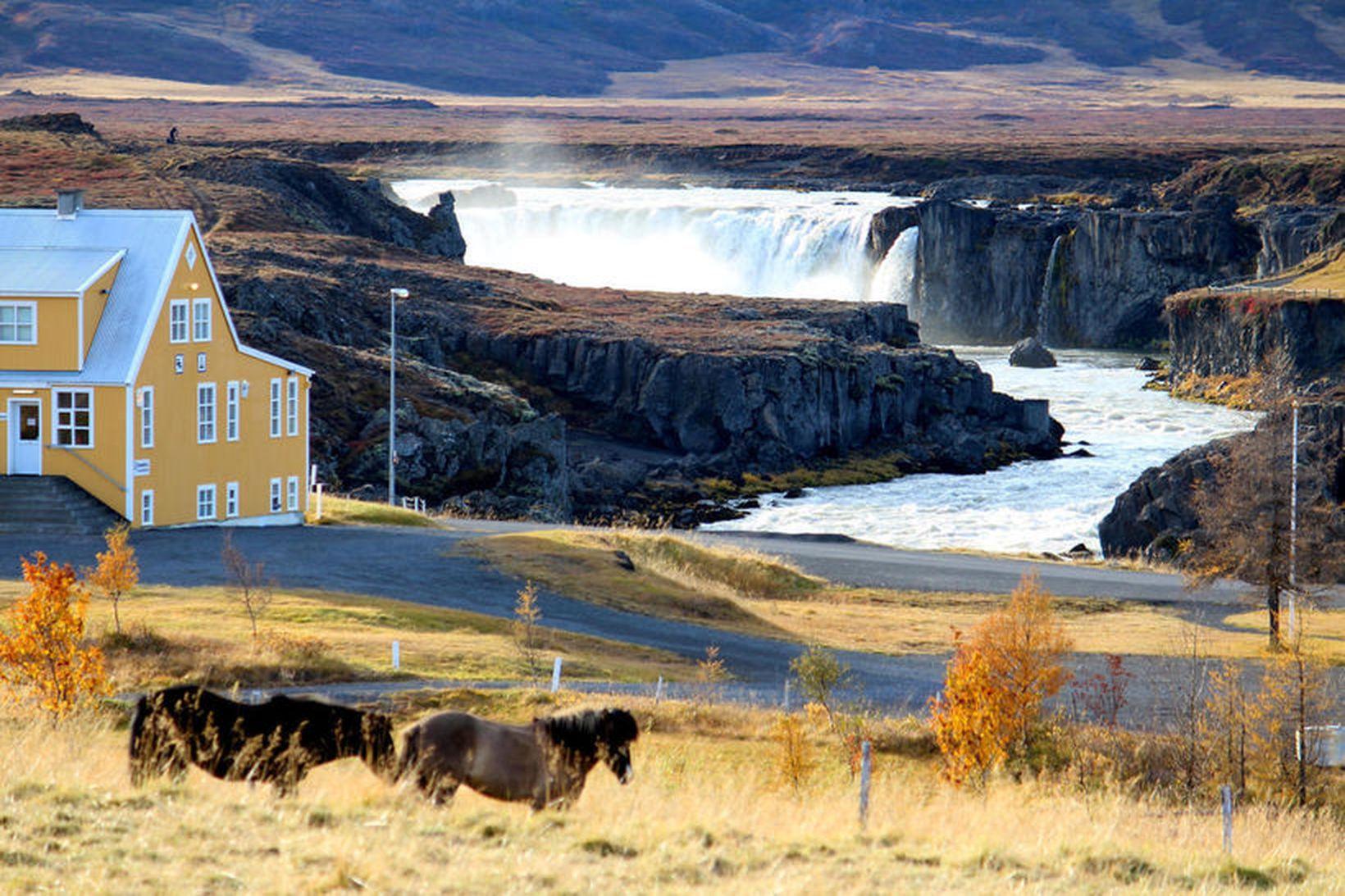 Fosshóll stendur á gilbarmi Skjálfandafljóts, rétt hjá Goðafossi.