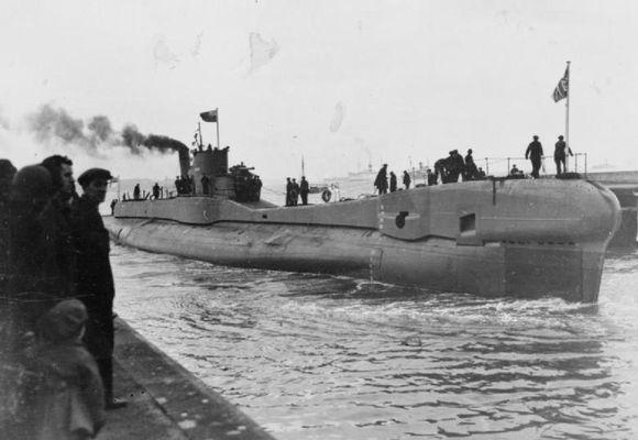 HMS Trident sést hér við breska höfn. Hann varð ekki einungis þekktur fyrir afrek sín …