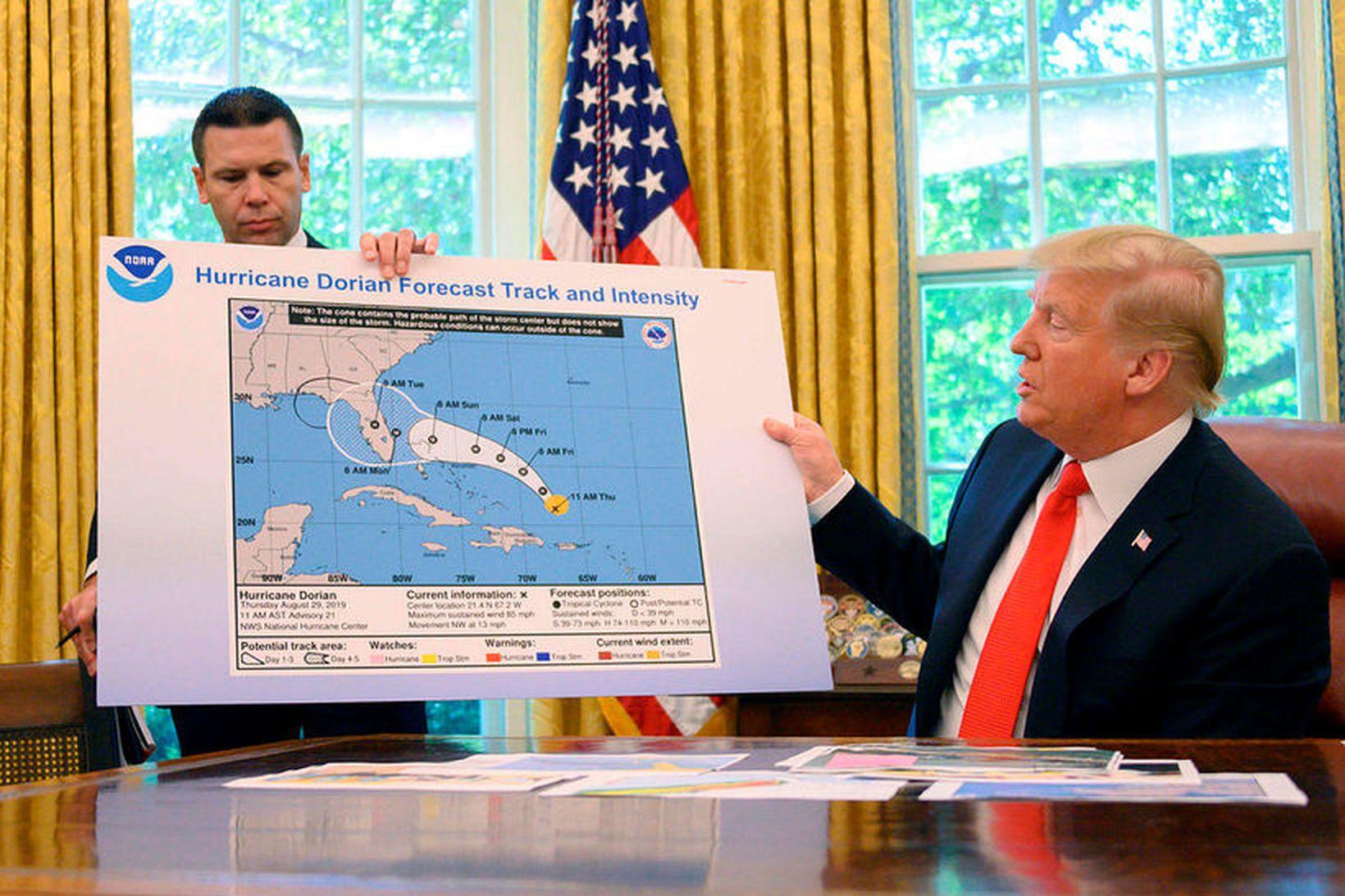 Donald Trump Bandaríkjaforseti með veðurkortið þar sem lykkja hefur verið …