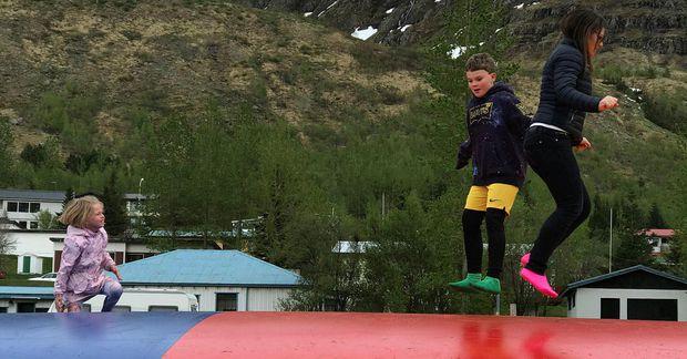 Hér erum við Kolbeinn Ari Jóhannesson, sonur minn, að prófa ærslabelginn á Seyðisfirði.