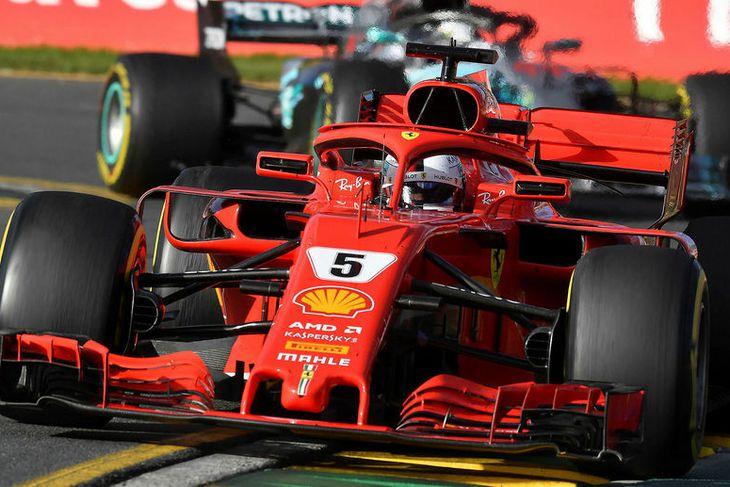 Sebastian Vettel (framar) og Lewis Hamilton háðu taktískt einvígi í Melbourne og hafði sá fyrrnefndi ...